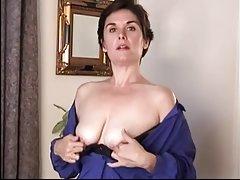 Секси брюнетка milf мастурбиране
